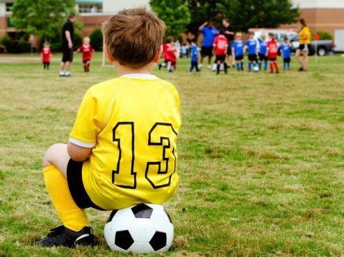 ילדים במשחק כדורגל