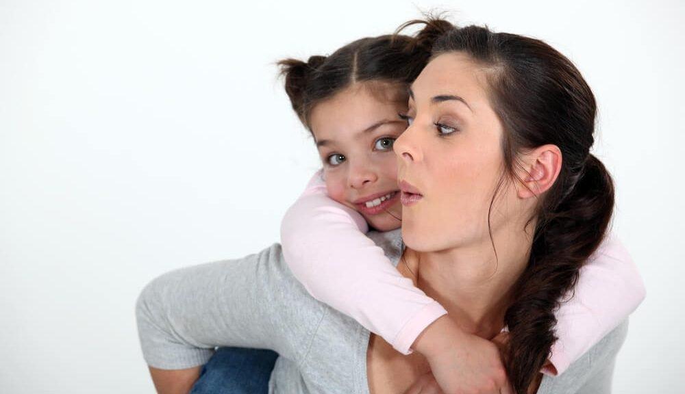 אמא ובתה מתחבקים