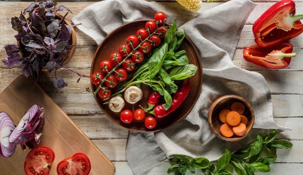 צלחות עם ירקות