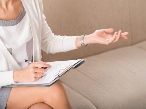 אישה יושבת על ספה