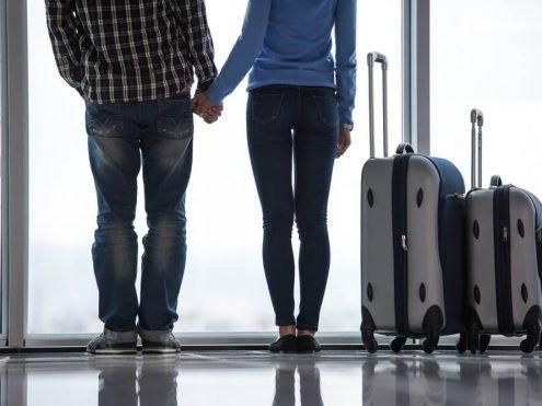 אנשים עם מזוודות בדרך לחוץ לארץ