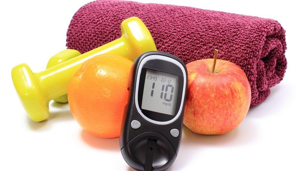 מד גלוקוז, פירות טריים, משקולות ומגבת סגולה לשימוש במושג כושר, תפיסת אורח חיים לסוכרת ותזונה בריאה