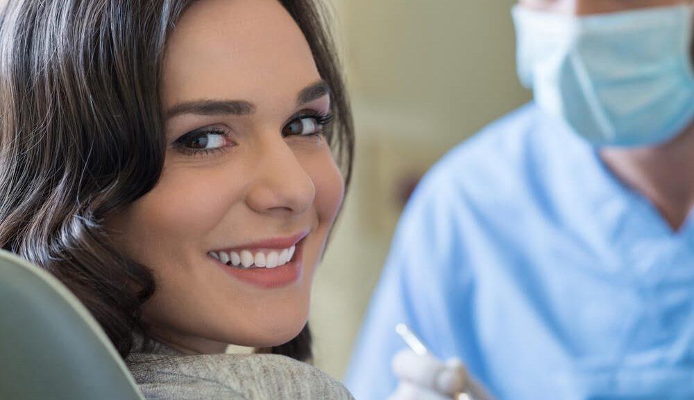 אישה מקבלת טיפול שיניים