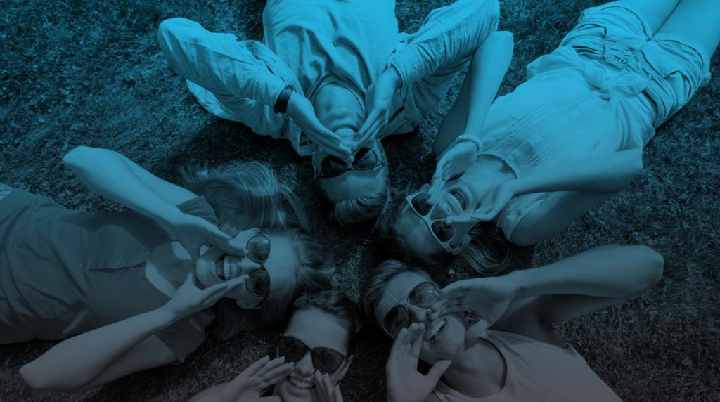 ילדים שוכבים בדשא