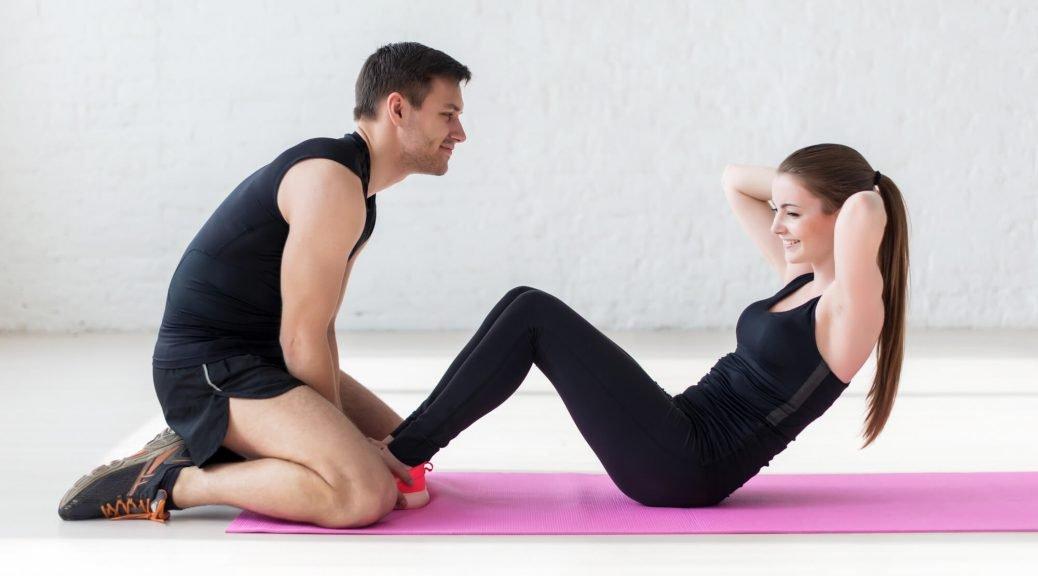 אישה ומאמנה באימון כושר