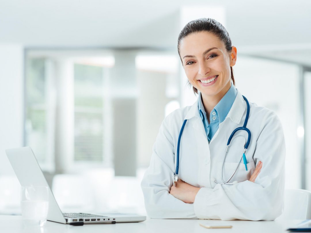 רופאה עם מחשב
